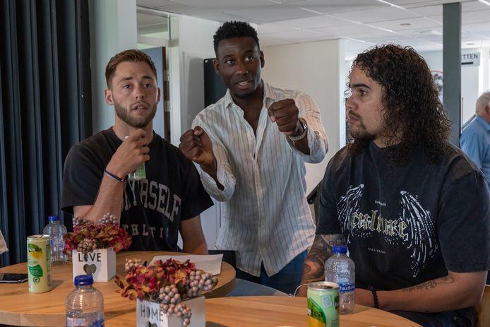 Kozakken Boys-trainer Rick Adjei laat spelers meedenken over spelsituaties. Hier geeft hij uitleg aan Stephen Warmolt (links) en nieuwkomer Yordi Teijsse.