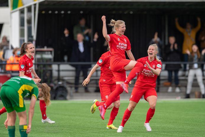 Anna-Lena Stolze gaat helemaal los als ze twee minuten voor tijd FC Twente op de bevrijdende 1-0 voorsprong heeft gezet.
