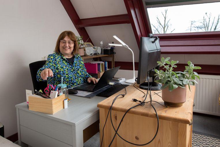 Sandra Meessen in haar werkkamer thuis op zolder.  Beeld Maartje Geels