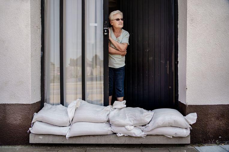 Helemaal gerust is Jeanine Doheyn er niet op. Voor alle zekerheid liggen er zandzakjes voor haar deur. Beeld Eric de Mildt
