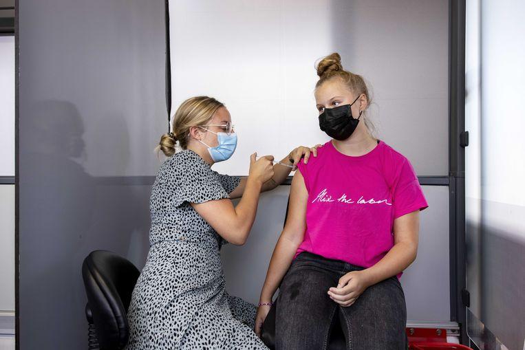 Ondanks de prikbussen die het land in gaan, is 15 procent van Nederland niet gevaccineerd.  Beeld Ramon van Flymen/ANP