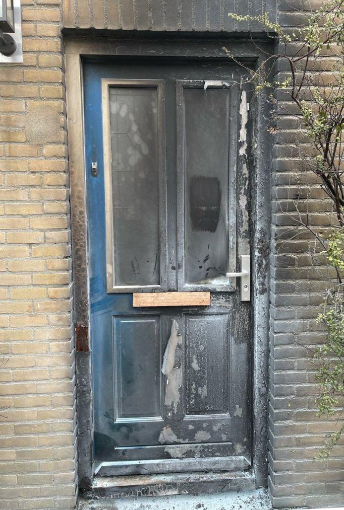 De voordeur van de getroffen woning aan de Paganinirode in Zoetermeer.