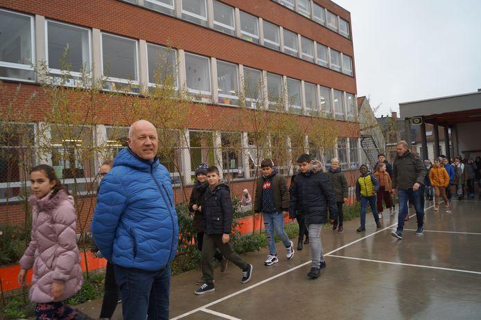Directeur Stefaan Debouver op de speelplaats van de school.