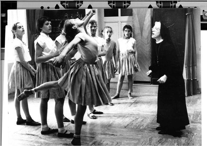 Irena van Zeeland geeft dansles aan dove kinderen.