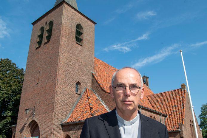Pastoor André Monninkhof voor de Brigittakerk in Ommen, een van de drie kerken in de Emmanuelparochie waar in de toekomst nog regelmatig vieringen worden gehouden. De andere acht kerken blijven wel open, onder meer voor uitvaarten.