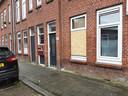 Het huis in Bloemhof, waar in de nacht van dinsdag op woensdag een bom de ruit verbrijzelde.