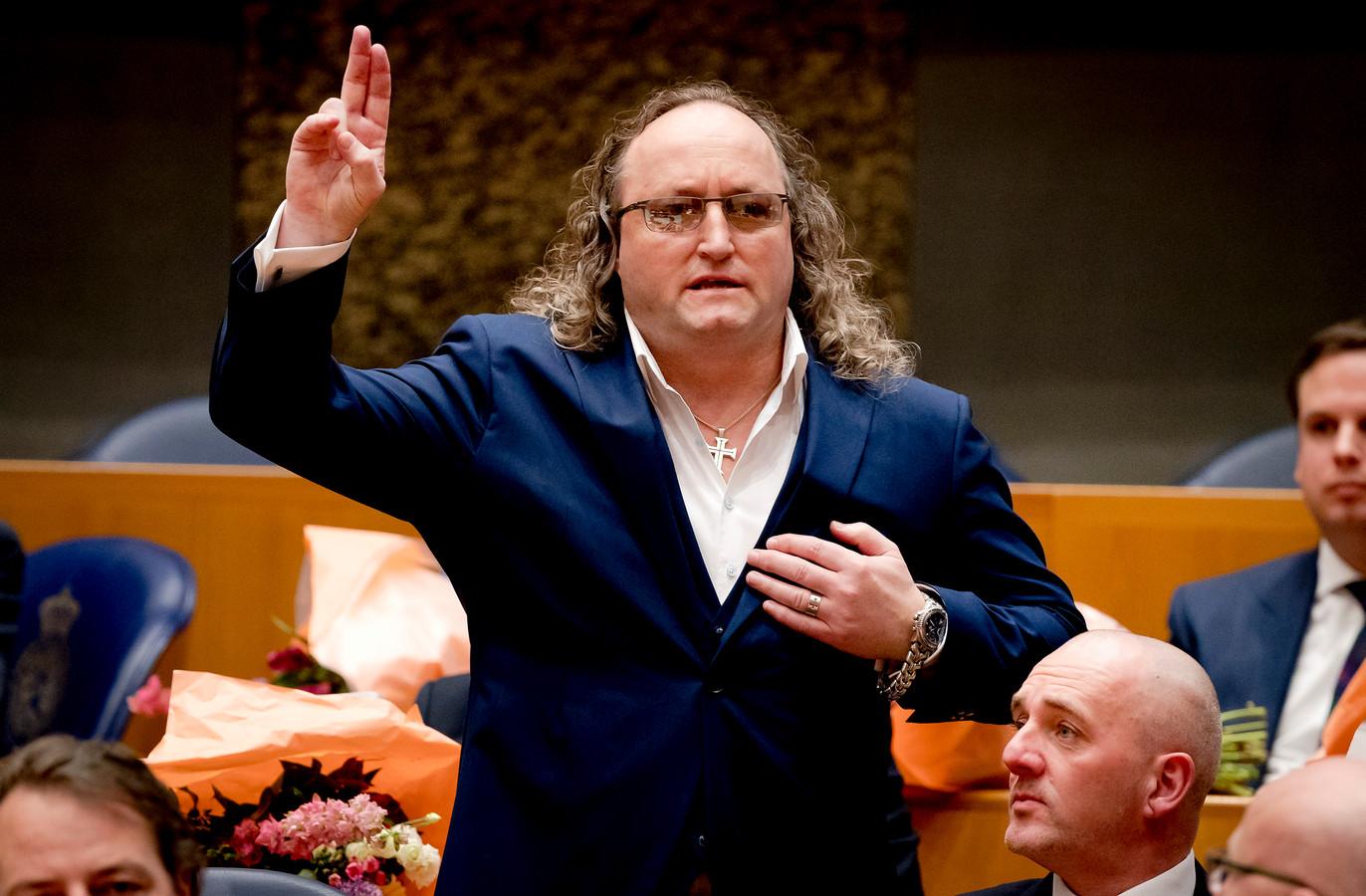 Dion Graus (PVV) legt de eed af tijdens de installatie van de nieuwe Kamerleden na de Tweede Kamerverkiezingen.