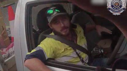 Australiër vecht met één van de dodelijkste slangen ter wereld... al rijdend op de snelweg