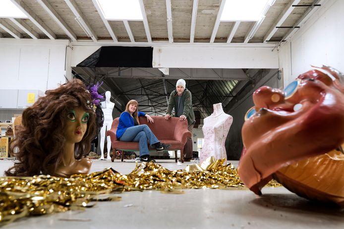 Bart Kiers en Nienke Zonsveld in de voormalige carnavalswinkel Festival, die omgetoverd wordt tot zaal in festivalsferen.