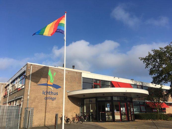 De deuren van het Ichthus College in Dronten gaan dinsdag weer open.