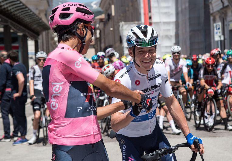 Egan Bernal en Remco Evenepoel groeten elkaar voor de start van rit 10 in L'Aquila. Beeld EPA