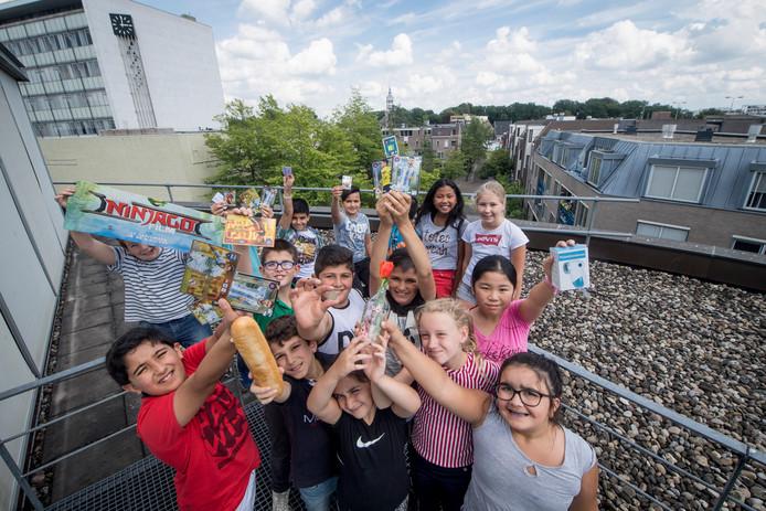Leerlingen van Talenta op het dak van de bibliotheek in Almelo. De lessen van Talenta hebben vrijwel dagelijks plaats in die bieb.