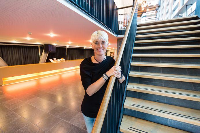 De garderobe in Castellum krijgt een plaatsje onder de trap. Directeur Sandra Bruinsma is blij met de plannen.