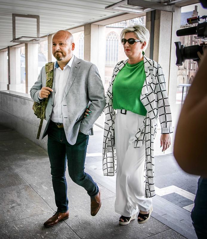 2019-07-11 15:17:27 ARNHEM - Marco Kroon (L) en partner Mirjam van den Hoven (R) komen aan bij de rechtbank voor de eerste zitting in de zaak tegen de drager van de Militaire Willemsorde. Kroon wordt vervolgd voor het aanvallen van een politieagent tijdens carnaval in Den Bosch.