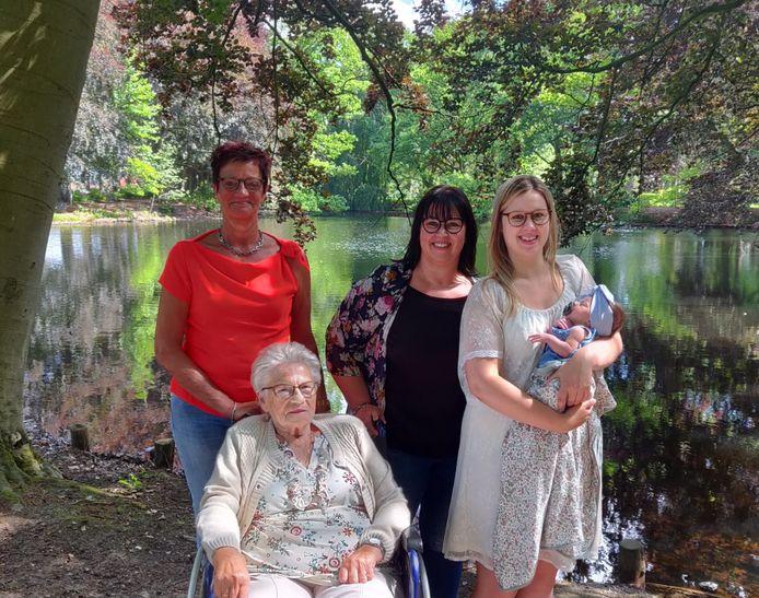 Olivia-Rose samen met haar mama, grootmoeder, overgrootmoeder én betovergrootmoeder.
