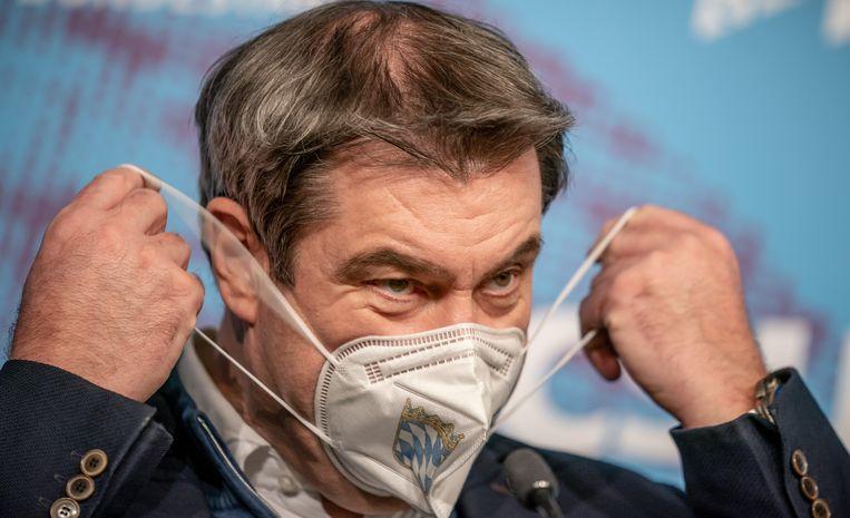 De Beierse premier Markus Soeder draagt een medisch mondkapje. Dat is vanaf maandag voor iedereen in de deelstaat verplicht in openbare gelegenheden. Beeld DPA