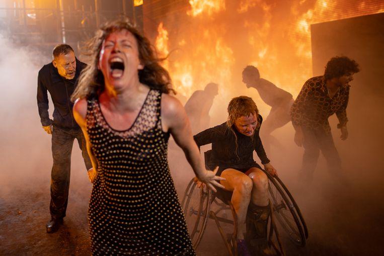 'Age of Rage', met vooraan Maria Kraakman als Kassandra, en rechts Janni Goslinga als Hekabe Beeld Jan Versweyveld