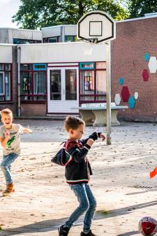 Niemand kijkt op als Juf Ank over het schoolplein wandelt