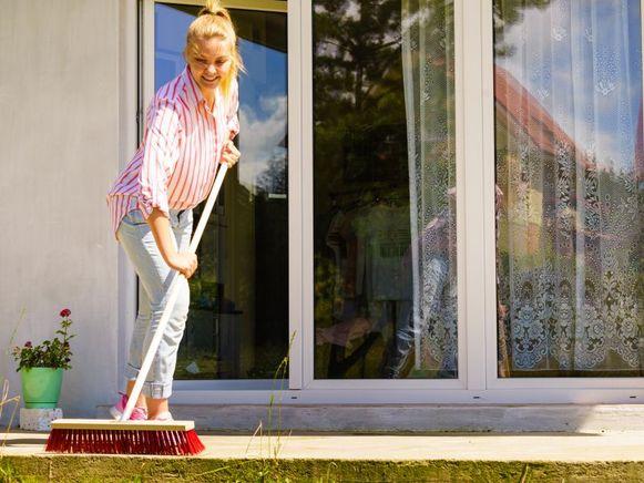 De lente is in aantocht, en we zitten allemaal nog dagen thuis: het moment bij uitstek om je terras een goede onderhoudsbeurt te geven.