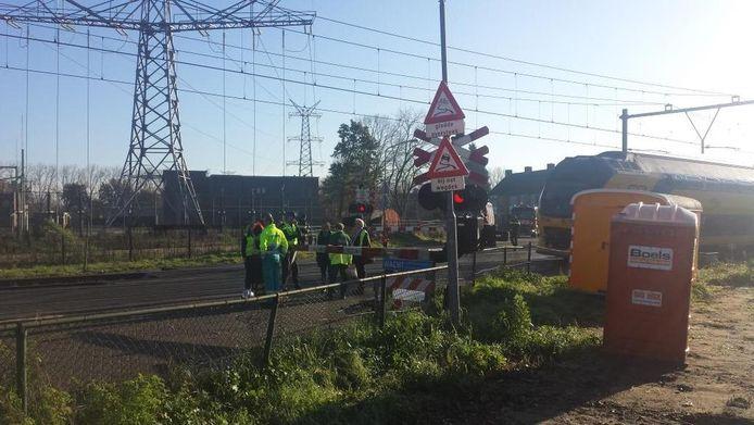 Een trein heeft op een overgang in Den Bosch een vrachtwagen aangereden.