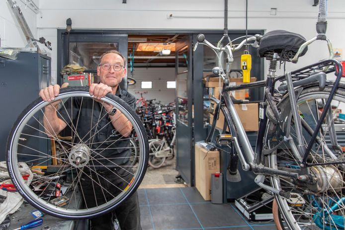 Johan Bliek kan steeds moeilijker aan fietsen en onderdelen komen.