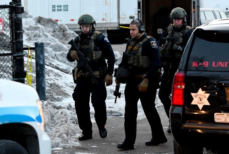 Politie op het industrieterrein waar de schietpartij plaatsvond. Beeld AP