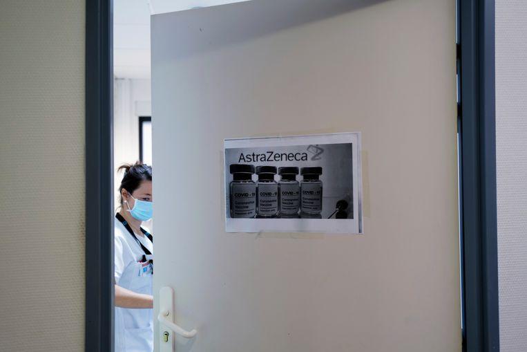 Een ziekenhuismedewerker in het Franse Lyon prepareert een prik met het AstraZenecavaccin.  Beeld AP