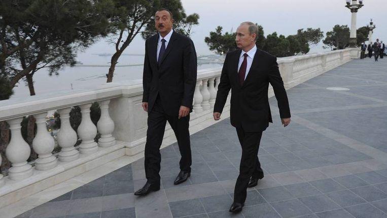 De Azerbeidzjaanse president Aliyev en zijn Russische ambtsgenoot Poetin tijdens een wandeling door Bakoe, 13 augustus. Beeld reuters
