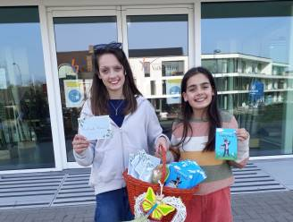 """Romi (11) en Lola (13) brengen paaswensen naar rusthuis Veilige Have: """"Bewoners zijn hier heel blij mee"""""""