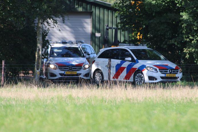 De politie is met groot machtsvertoon ter plaatse bij een loods in Kootwijkerbroek.