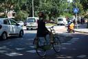 Fietsers moeten ook zelf nadenken over hun zichtbaarheid, vindt de Fietsersbond Zwolle. Dus: goede verlichting op de fiets en op tijd je hand uitsteken.