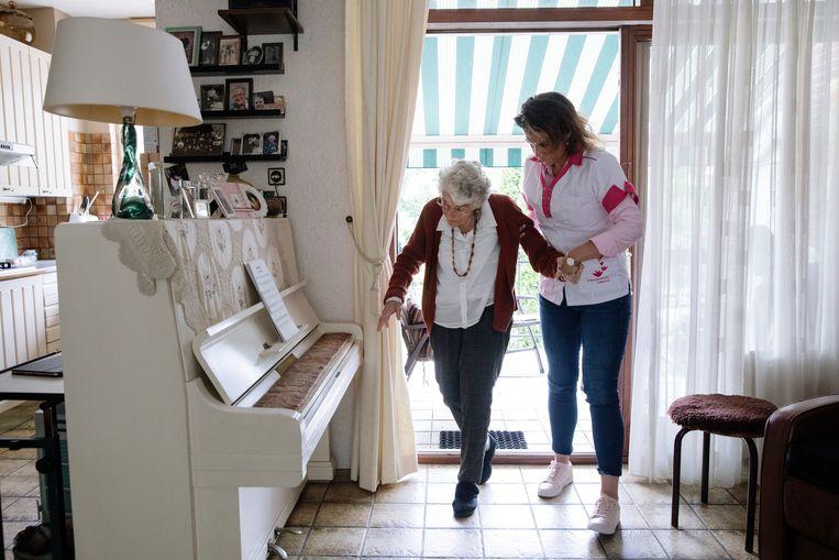 Mevrouw van der Ark wordt thuis verzorgd door Michelle Leijendekker van Vierstroom Verpleeg Thuis.  Beeld Inge van Mill