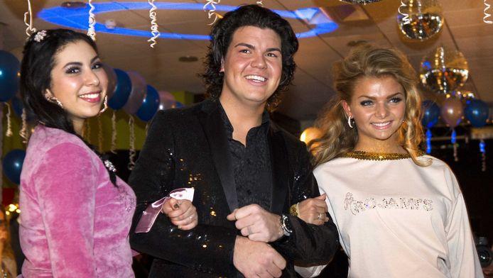 Twee modellen in huispakken poseren met stylist Roy Donders