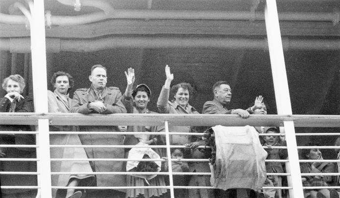 Nel (vijfde van links) zwaait een afscheidsgroet aan boord van het passagiersschip Oranje bij vertrek vanuit Amsterdam naar Indonesië, 20 november 1953 - foto uit boek 'De vader van Grace'.
