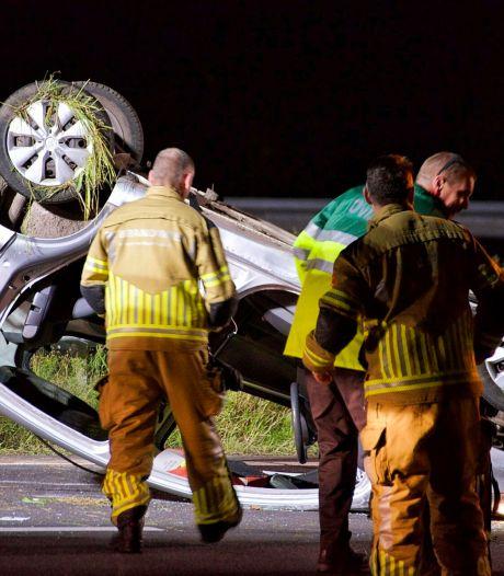 Auto belandt op dak op A58 bij Roosendaal, bestuurder zwaargewond