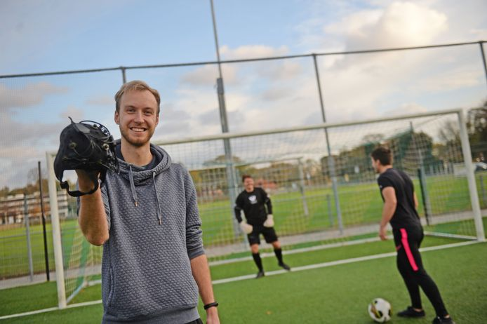 UT-student Max Slutter (links) heeft een breinonderzoek gedaan naar penaltynemers bij voetbal. Achter hem proefkonijnen Patrick van Oerle en strafschopnemer Lucas Damen.