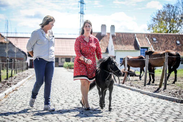 Monique Van Den Abbeel met haar paardje.