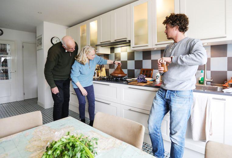 Gilles van der Loo maakt tajine met Terts Brinkhoff en Jet Dijkshoorn. Beeld Eva Plevier