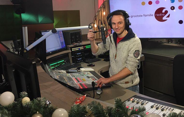 De jonge radiomaker Harald Scheerlinck in de studio waar hij op kerstavond te vinden zal zijn.