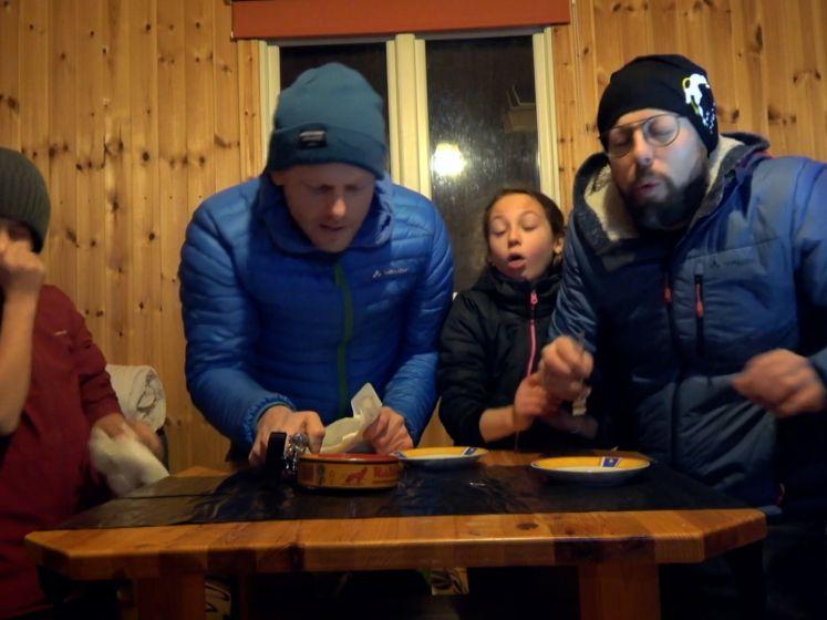 Familie Coppens waagt zich aan de Surströmming Challenge