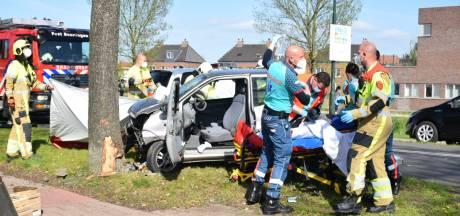 Brommobiel botst frontaal tegen boom in Beuningen, bestuurder met spoed naar het ziekenhuis
