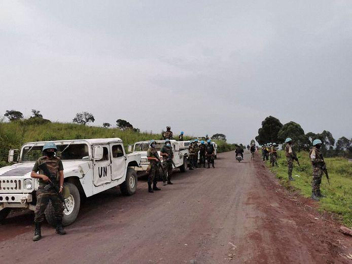 Soldaten van de VN patrouilleren bij de weg waar de ambassadeur het leven liet.
