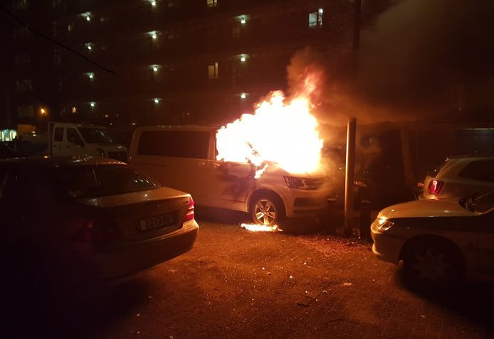 Aan de Liendertseweg ging een personenbusje in vlammen op.