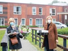 Op verjaarsdagsvisite in verpleeghuis Wiedenhof in Haaksbergen: 'Lastig taart eten met mondkapje'