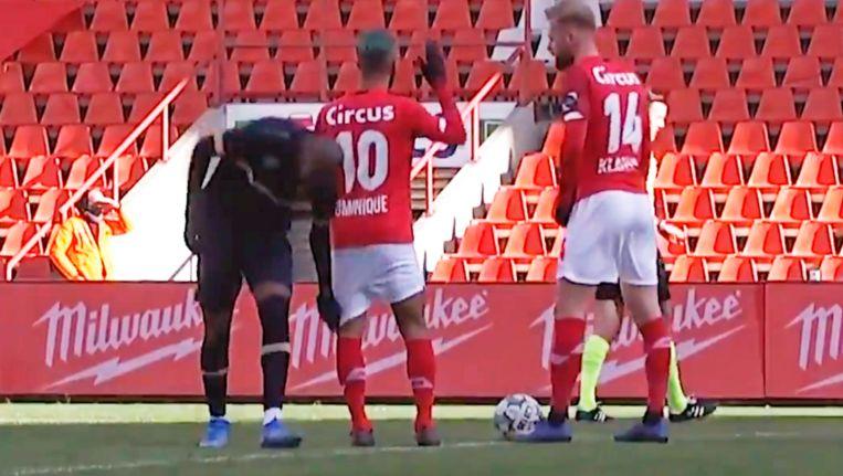 'Toen Didier de broek van Mehdi Carcela naar beneden trok, kon die erom lachen. Dat zouden we beter allemaal doen, in plaats van er altijd zo'n drama van te maken.' Beeld ELEVEN SPORTS