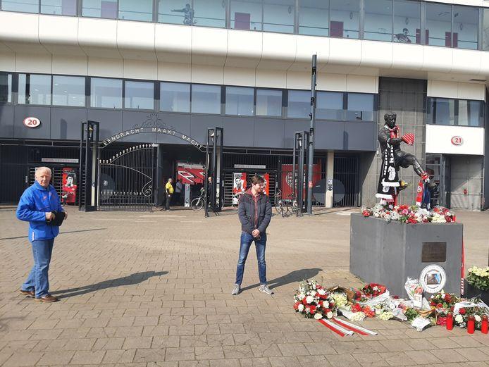 Supporters Toon van Overbrugge (78) en Paul van Halderen (22) bij het standbeeld van PSV-icoon Willy van der Kuijlen bij het Philips Stadion.
