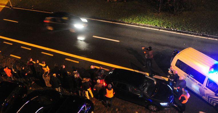 De politie reconstrueert de schietpartij op Einde Were in Gent. Hier zie je hoe een agent probeert te schieten op de vluchtende auto.