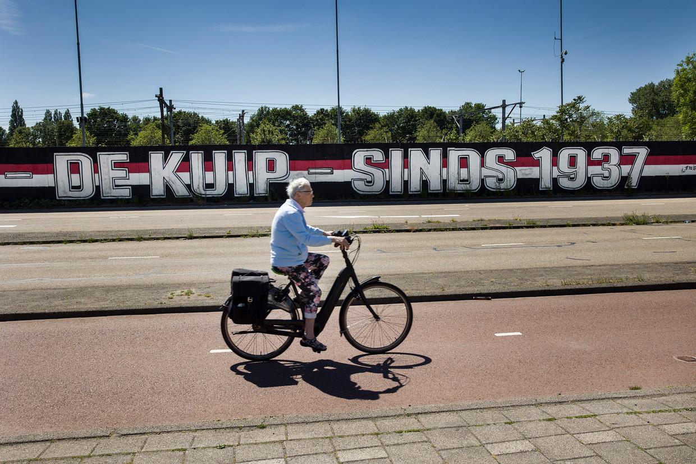 Muurschildering tegenover Feyenoord-stadion de Kuip. De supporters van de club zijn gehecht aan hun oude stadion en voelen niets prestigieuze nieuwbouw aan de oevers van de Maas.  Beeld Arie Kievit