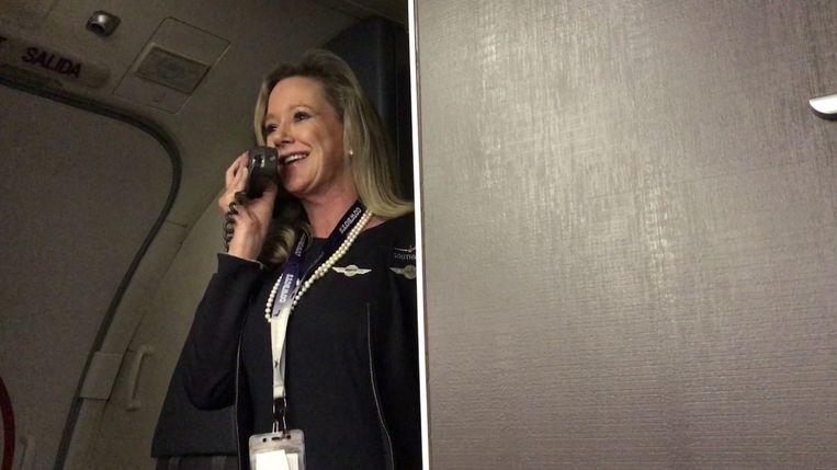 Stewardess Marty Cobb op een van haar video's op YouTube. Beeld YouTube