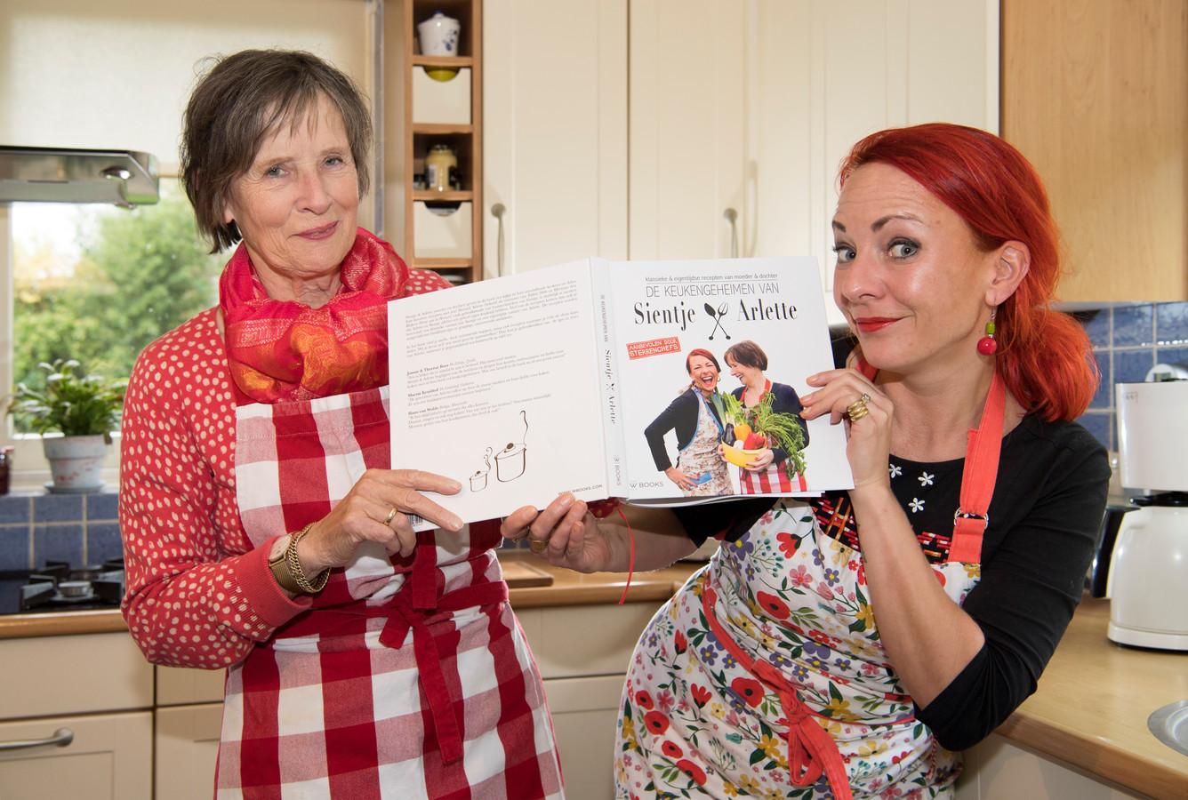 Sientje Swartjes-Lenferink presenteerde in 2017 samen met dochter Arlette een kookboek met veel streekgerechten en andere keukengeheimen.